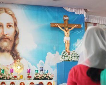 Pentecostal Benny Hinn Says Catholics Have More Miracles, Credits Eucharist